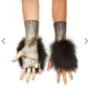 JOCELYN**Bella Fox Fur Mittens**$110